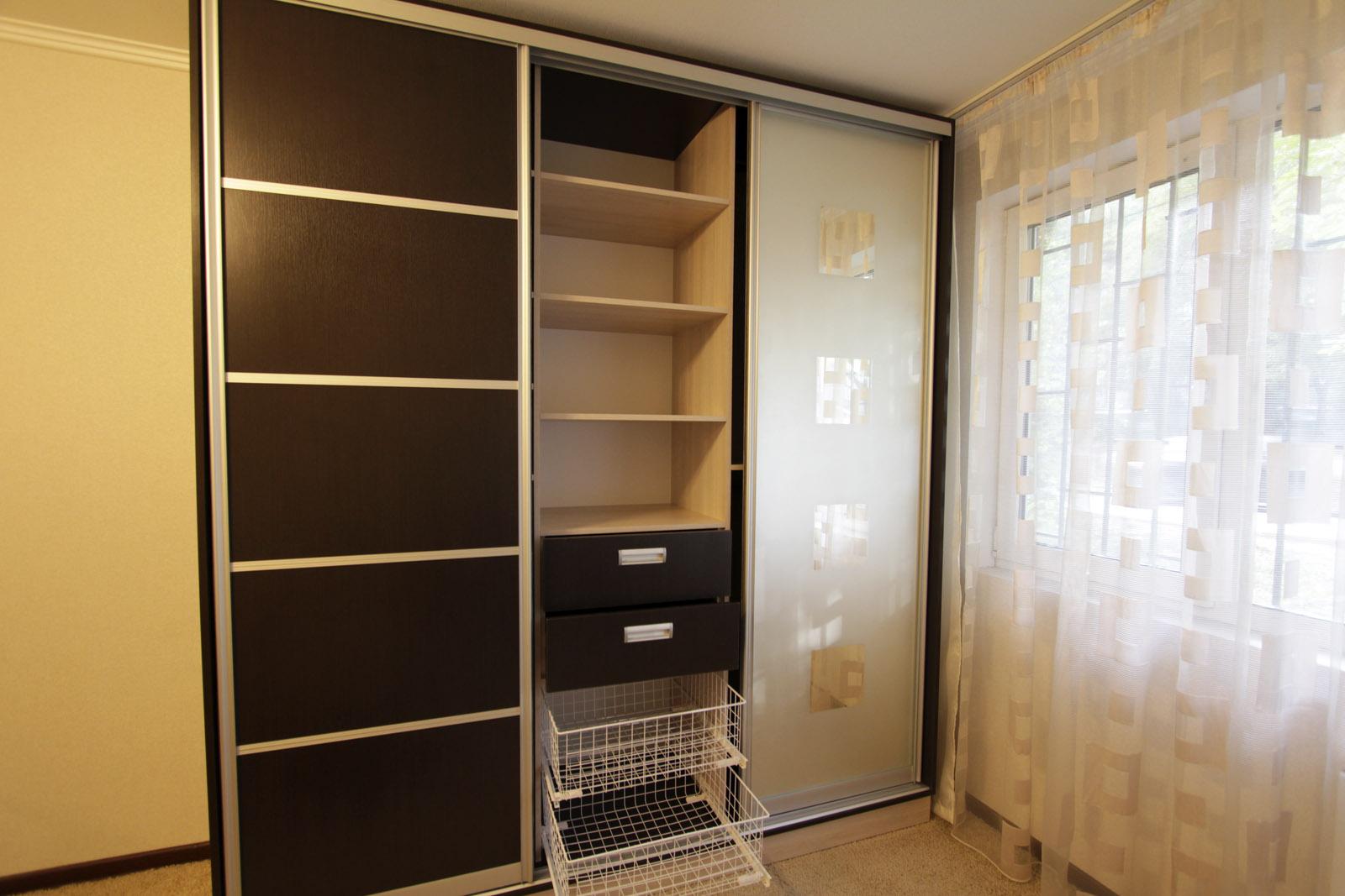 Встроенный шкаф в прихожую - 75 фото необычного сочетания.